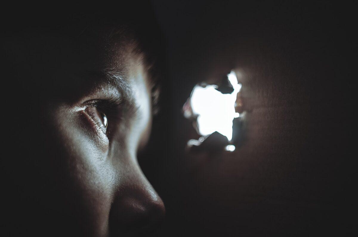¿Qué significa soñar con esconderse?