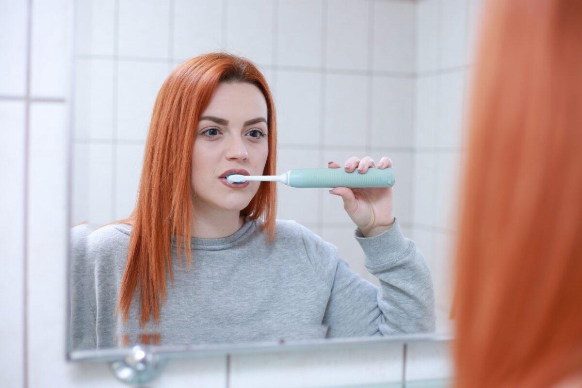 ¿Qué significa soñar con cepillarse los dientes?